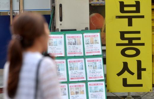 서울시가 '역세권 2030청년주택'을 활용해 대학생 공공기숙사 공급에 나선다. 사진은 서울의 한 대학가 인근 공인중개업소. /사진=뉴시스 DB