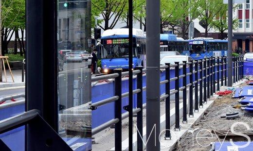 [머니S포토] 중앙버스전용차로제 시행 13년, '교통체증 vs 대중교통 편의'