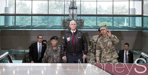 [머니S포토] 공동경비구역 방문한 트럼프정부 2인자 마이크 펜스 부통령