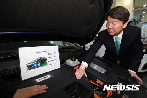 안철수 울산. 안철수 국민의당 후보가 오늘(21일) 울산 중구 그린카기술센터를 방문해 친환경 전기자동차를 살펴보고 있다. /사진=뉴시스