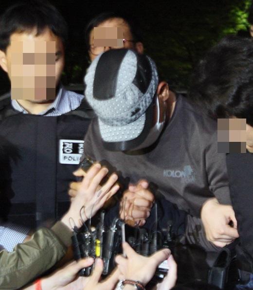 경산 농협 강도 사건 용의자 김씨가 지난 22일 오후 경북 경산경찰서로 압송되고 있다. /사진=뉴시스