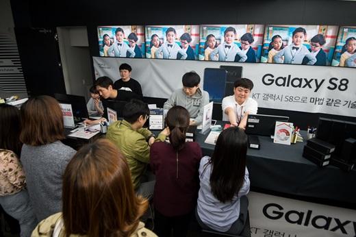 삼성전자 갤럭시S8 정식 출시일인 지난 21일 서울 광화문 KT스퀘어에서 고객들이 갤럭시S8·S8플러스 구매를 위해 줄지어 서 있다. /사진=뉴스1