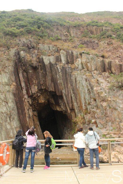 파도의 힘으로 주상절리 중앙 부분이 패인 해식동굴. 동댐 아래에 있다. /사진=박정웅 기자