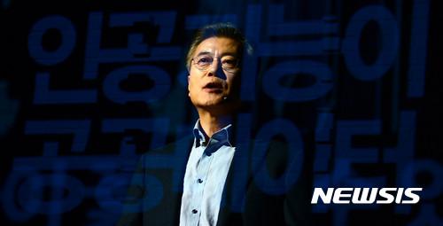 문재인 더불어민주당 대선 후보가 지난 2월1일 오후 서울 영등포구 꿈이룸학교에서 '4차 산업혁명, 새로운 성장의 활주로'를 주제로 한 토론회에 참석해 기조강연을 하고 있다. /자료사진=뉴시스