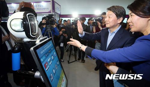 안철수 국민의당 대선후보가 지난 20일 오후 서울 동대문디자인플라자에서 열리고 있는 산업기술 유망기업 채용, 창업박람회를 참관, 행사장 입구에서 인공지능 로봇인 FURO를 시연해보고 있다. /자료사진=뉴시스