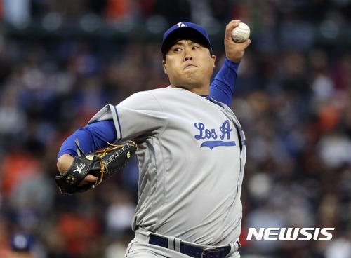 류현진(LA 다저스)이 25일(한국시간) 미국 캘리포니아주 샌프란시스코 AT&T 파크에서 벌어진 샌프란시스코 자이언츠와 경기에서 선발 등판해 공을 던지고 있다. /사진=뉴시스(AP 제공)