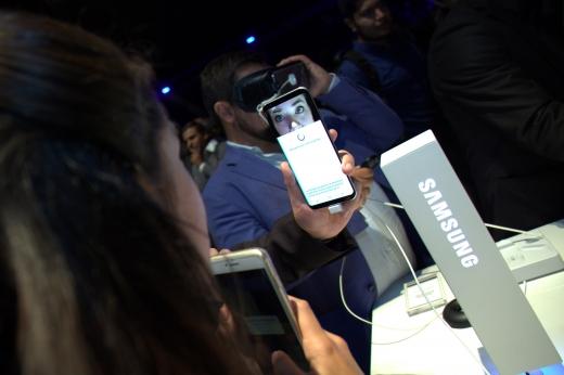 24일(현지시간) 멕시코 수도 멕시코시티에 위치한 국립극장에서 진행된 '갤럭시 S8 시리즈' 미디어 행사에서 참석자들이 제품 체험을 하고 있다. /사진제공=삼성전자