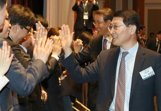 위성호 은행장이 지역 소재 영업점 직원들과 인사를 나누는 모습./사진=신한은행