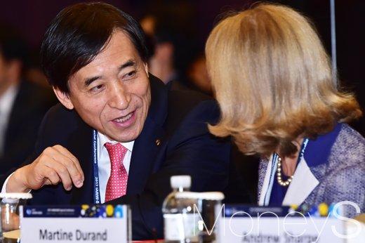 [머니S포토] OECD 관계자와 대화 나누는 이주열