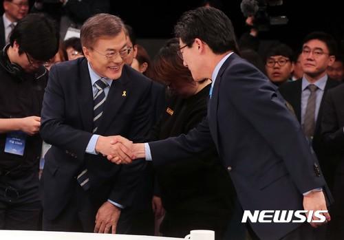 줄푸세. 문재인 더불어민주당 후보(왼쪽)와 유승민 바른정당 후보가 25일 저녁 열린 JTBC 주관 대선후보자 토론회에서 인사를 나누고 있다. /사진=국회사진기자단