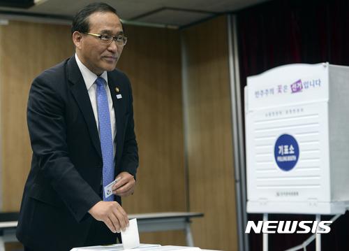사전투표. 홍윤식 행정자치부 장관이 26일 사전투표 모의시험 체험을 하고 있다. /사진=뉴시스