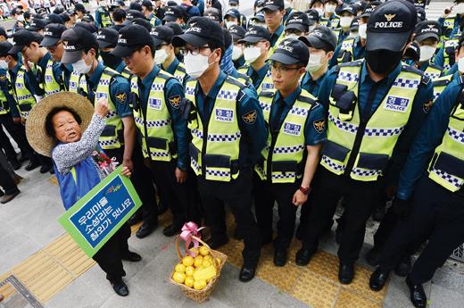 지난 8일 사드 배치에 반발하는 성주·김천 주민들이 광화문 미대사관 앞에서 사드 기습배치를 규탄하고 있다. /사진=뉴스1 오대일 기자