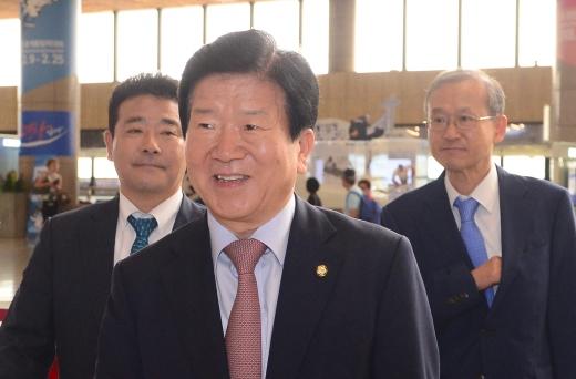 14일부터 중국에서 열리는 일대일로 포럼에 참석하기 위해 정부대표단이 13일 중국으로 출국했다. 왼쪽부터 박정 더불어민주당 의원, 박병석 의원, 임성남 외교부 1차관. /사진=뉴스1