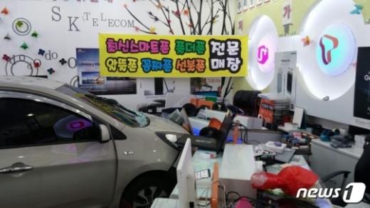 13일 오전 10시30분쯤 전북 전주시 인후동 한 휴대폰 매장으로 차량이 돌진하는 사고가 발생했다. /사진제공=전북소방본부