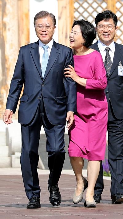 문재인 대통령(왼쪽)이 15일 청와대에서 첫 출근을 하고 있다. /사진=뉴시스
