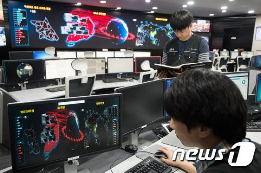 랜섬웨어. 한국인터넷진흥원(KISA) 직원들이 15일 서울 송파구 KISA 인터넷침해 대응센터 종합상황실에서 랜섬웨어 상황을 주시하고 있다. /사진=뉴스1