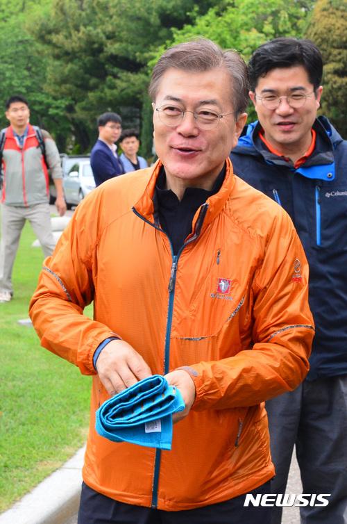 문재인 대통령이 지난 13일 북악산 등산에 나섰다. /자료사진=뉴시스