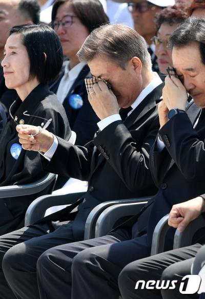 문재인 눈물. 문재인 대통령이 오늘(18일) 오전 광주 북구 국립5.18민주묘지에서 열린 37주년 5.18 민주화운동 기념식에서 유가족의 추모사를 듣던 중 눈물을 훔치고 있다. /사진=뉴스1