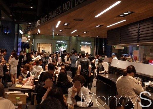 17일 저녁, 경기도 성남 분당 AK플라자 쉐이크쉑 4호점에 많은 인파가 몰린 모습./사진=김정훈 기자
