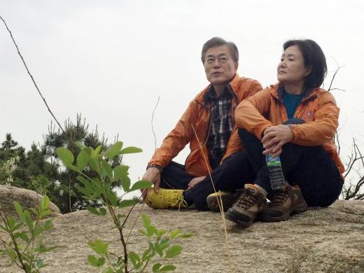 문재인 대통령(왼쪽)과 김정숙 여사가 지난 9일 서울 서대문구 홍은동 자택 뒷산에 올라 대화를 하고 있다. /사진=뉴시스
