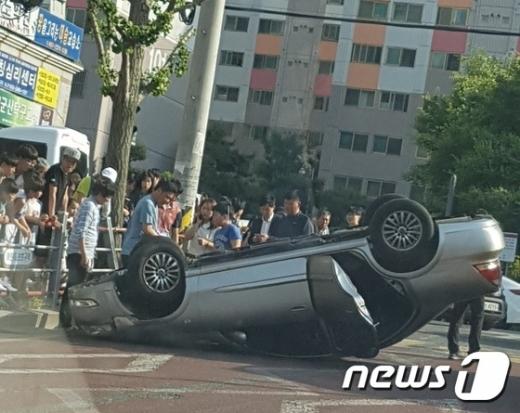 군산 교통사고. 29일 오후 전북 군산시 나운동 한 초등학교 앞에서 초등학생 A군이 전복된 차량에 깔려 크게 다치는 사고가 발생했다. /사진=뉴스1(시민 제공)