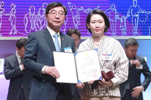 지난달 31일 국무총리 유공자 표창을 받은 김선경 제이브이엠 부사장(오른쪽)이 이기권 고용노동부 장관과 기념촬영을 하고 있다. /사진=한미약품