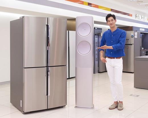 삼성전자 모델이 전력피크 관리 기능이 탑재된 무풍에어컨과 T9000 냉장고를 소개하고 있다. /사진=삼성전자