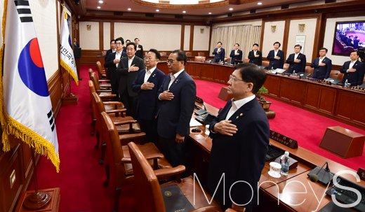 [머니S포토] 이낙연 주재 첫 국무회의, 국민의례 갖는 부처 수장들