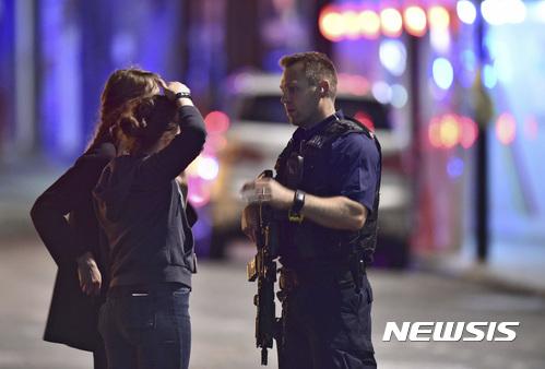 런던에서 테러가 발생한 가운데 경찰이 목격자 등을 상대로 조사를 벌이고 있다. /자료사진=뉴시스(AP 제공)