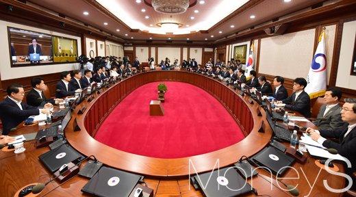 [머니S포토] 이낙연 총리 주재 첫 국무회의