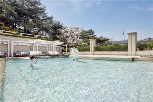 이른 무더위 탓? 주중 호텔 야외 수영장 이용 급증