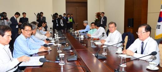 문재인 대통령(오른쪽 2번째)이 5일 청와대 여민관 소회의실에서 수석보좌관회의를 주재하고 있다. /사진=뉴시스