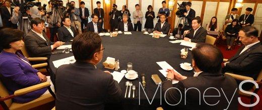 중소벤처기업부. 더불어민주당, 정부, 청와대가 5일 서울 종로구 총리 공관에서 고위 당정청 회의를 하고 있다. /사진=임한별 기자