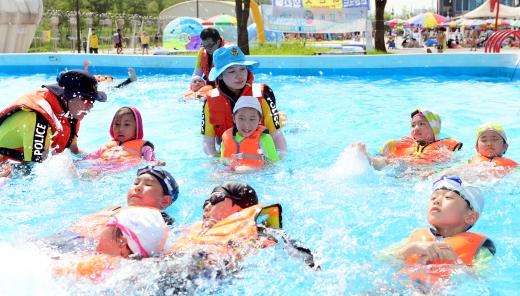 지난해 8월4일 서울 영등포구 여의도 한강공원 야외수영장. /사진=뉴시스
