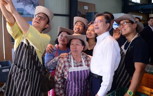 문재인 제주도. 문재인 대통령이 16일 제주 서귀포시 무릉외갓집 직원들과 기념 촬영을 하고 있다. /사진=뉴시스