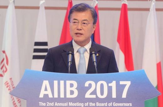 文대통령 인프라 투자. AIIB 연차총회. 문재인 대통령이 16일 제주 서귀포시 제주국제컨벤션센터에서 열린 제2회 아시아인프라투자은행(AIIB) 연차총회 개회식에서 축사를 하고 있다. /사진=뉴시스