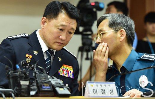 [머니S포토] 귀엣말 나누는 이철성 경찰청장