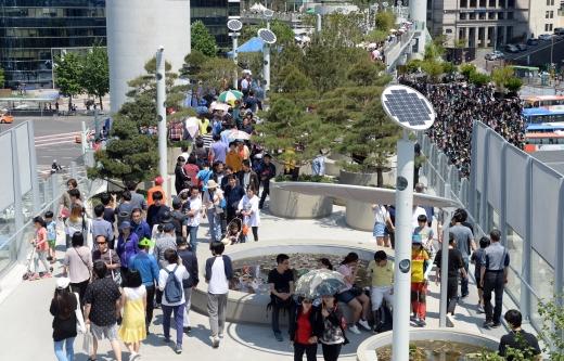 서울로7017 개장 한 달. 지난달 21일 '서울로 7017'을 찾은 시민들이 보행로를 걷고 있다. /사진=뉴시스