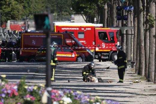 경찰차에 돌진. 19일(현지시간) 프랑스 파리 샹젤리제 거리에서 차량이 경찰차로 돌진해 충돌하면서 폭발하는 사건이 발생했다. /사진=뉴시스(AP 제공)