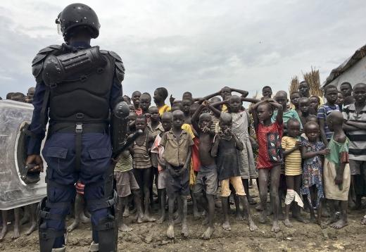 세계 난민의 날. 18일(현지시간) 남수단 벤티우 한 난민 수용소에서 유엔 평화유지군 대원이 경계를 서고 있다. /사진=뉴시스(AP 제공)