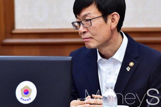 [머니S포토] 김상조 첫 국무회의, 총리발언 경청