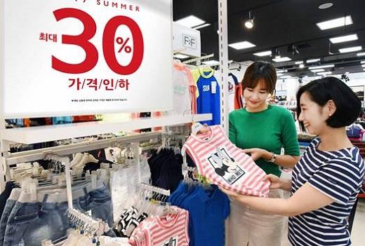 20일 홈플러스 강서점에서 고객들이 여름의류를 둘러보고 있다. /사진=홈플러스