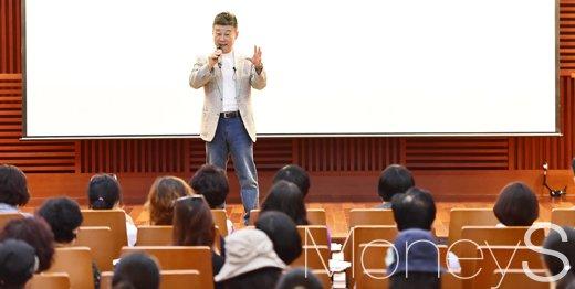 제4회 머니톡콘서트에서 부동산시장 전망과 은퇴자산관리를 주제로 강연에 나선 고종완 한국자산관리원장. /사진=임한별 기자