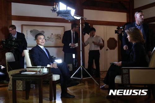 문재인 대통령이 20일 오전 청와대에서 미국 공중파방송 CBS와 인터뷰를 진행했다. 이 인터뷰는 우리시각으로 이날 오후 8시 미국 전역에서 방송될 예정이다. /사진=청와대 제공