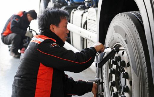 트럭버스용 타이어 점검. /사진=한국타이어 제공