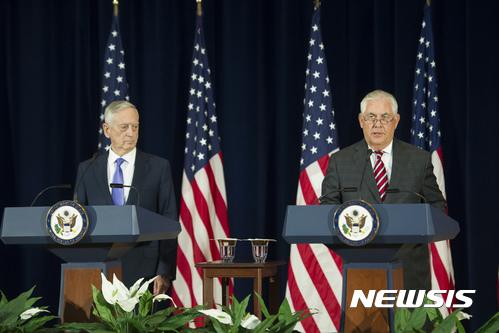 미국과 중국이 유엔 대북제재 기업과 자국 기업의 사업 금지 조치를 재확인했다. 렉스 틸러슨 미국 국무장관(오른쪽)과 제임스 매티스 국방장관. /사진=뉴시스(AP 제공)