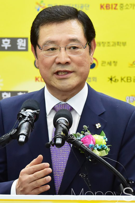 [머니S포토] KB굿잡 취업박람회, 인사말 하는 이용섭 일자리위원회 부위원장