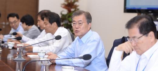 경제사절단. 문재인 대통령(오른쪽 2번째)이 22일 청와대 여민관 소회의실에서 열린 수석·보좌관회의에서 모두발언을 하고 있다. /사진=뉴시스