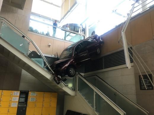 일산백병원. 22일 오후 2시50분쯤 경기 고양시 일산서구 일산백병원에서 병원 건물로 차량이 돌진하는 사고가 발생했다. /사진=일산소방서 제공