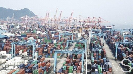 6월 수출이 지난해 같은 기간보다 13.7% 늘며 6개월 연속 두 자릿수 성장을 보인 것으로 집계됐다. 사진은 부산항. /사진=김창성 기자